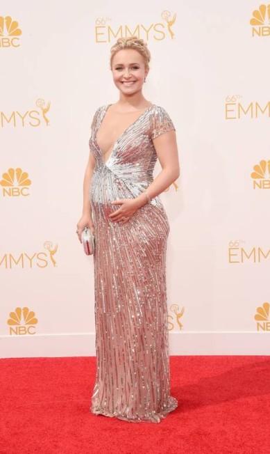 Ainda no Emmy 2014, a atriz Hayden Panettiere não abriu mão da sensualidade. Mesma grávida, ela usou um superdecote, virando a sensação do evento Jason Merritt / AFP