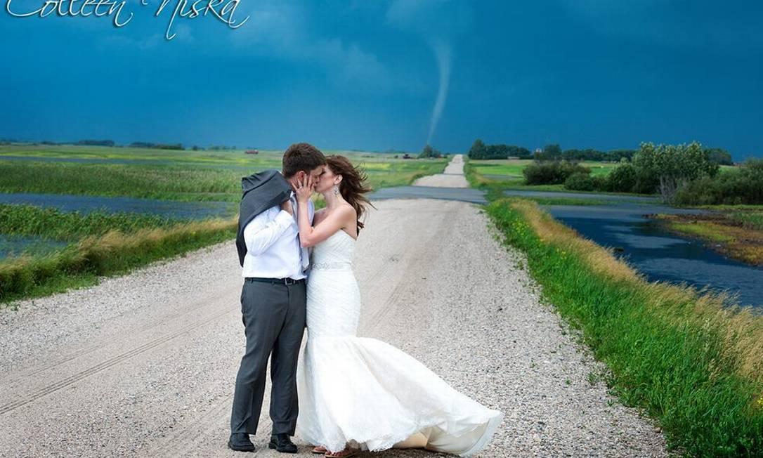 Com tornado ao fundo, em Saskatchewan, no Canada Colleen Niska