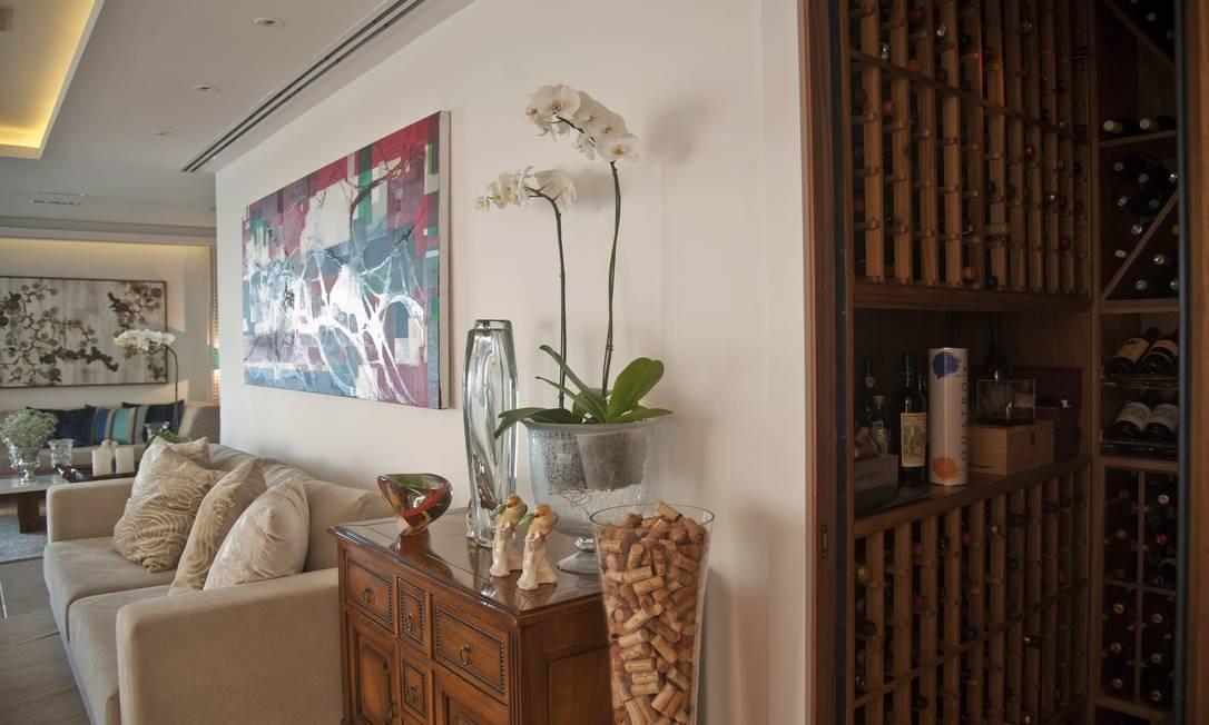 No apartamento em Ipanema, adega fica posicionada entre as salas de jantar e estar Foto: Adriana Lorete / Agência O Globo