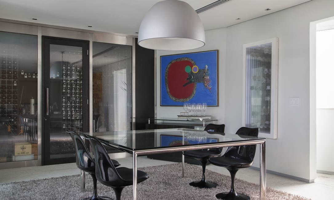A sala de jantar, com adega acoplada, é simples e contemporânea MCA Studio