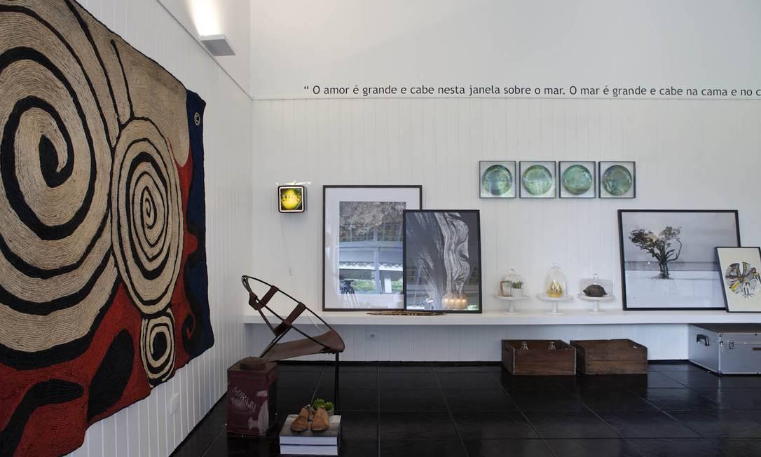Quadros e mapas antigos, tapeçaria de Calder Photographer: Demian Golovaty / Divulgação