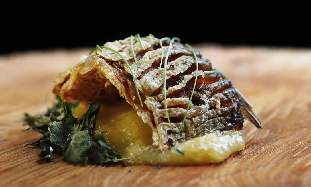 Outro delicado prato servido no Restaurante Banzeiro é a sardinha crocante ao tucupi com purê aveludado Ana Branco / Agência O Globo