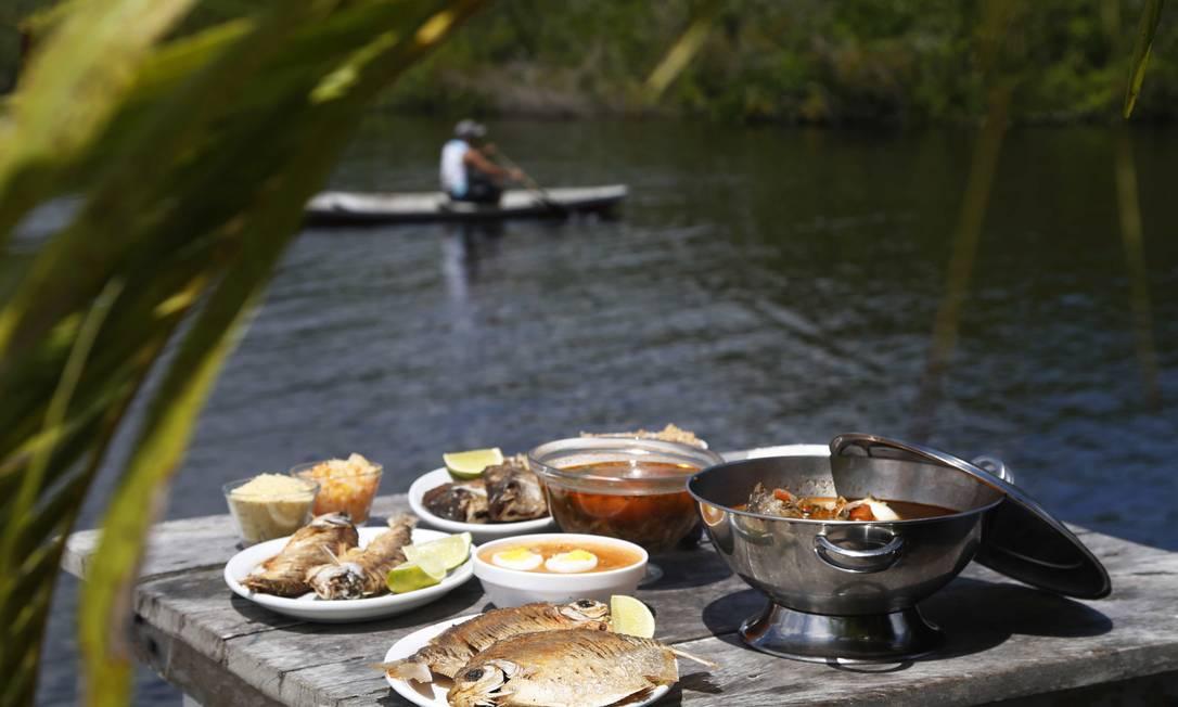 Programa para os dias de sol em Manaus, ou seja, quase todos: ir a um restaurante flutuante. O Peixe-Boi é um dos poucos em que só chega de barco. Por lá, além de mergulhos no Rio Negro, peixes típicos da Amazônia e caldeirada de tucunaré Ana Branco / Agência O Globo