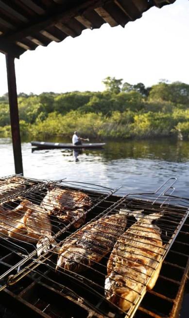 A grelha dos peixes do restaurante e bar flutuante Peixe-Boi fica na beira do Rio Negro Ana Branco / Agência O Globo