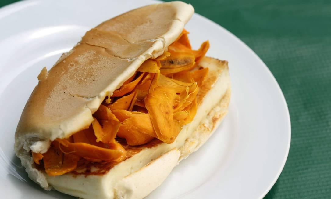O clássico de rua manauara é o X-Caboquinho: pão recheado com queijo coalho e lascas de tucumã Ana Branco / Agência O Globo