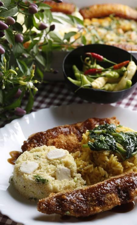 No Estória de pescador, o chef Milton Rola faz um resgate de receitas antigas regionais. Os maiores de 70 anos lotam o seu restaurante por conta disso. Na foto, filé de jaraqui com arroz no tucupi e farofa de castanha Ana Branco / Agência O Globo