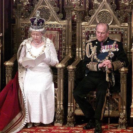 Príncipe Philip ao lado da Rainha Elizabeth, em 2000, durante discurso no parlamento britânico Foto: Mike Forster / AFP / 06/12/2000