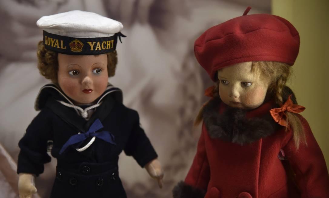 Duas bonecas da infância de Elizabeth II e sua irmã, Margaret Foto: TOBY MELVILLE / REUTERS