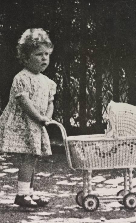 A então princesa Elizabeth aos dois anos, com seu carrinho de bebê de brinquedo Foto: Royal Collection Trust / (C) Her Majesty Queen Elizabeth II 2014.