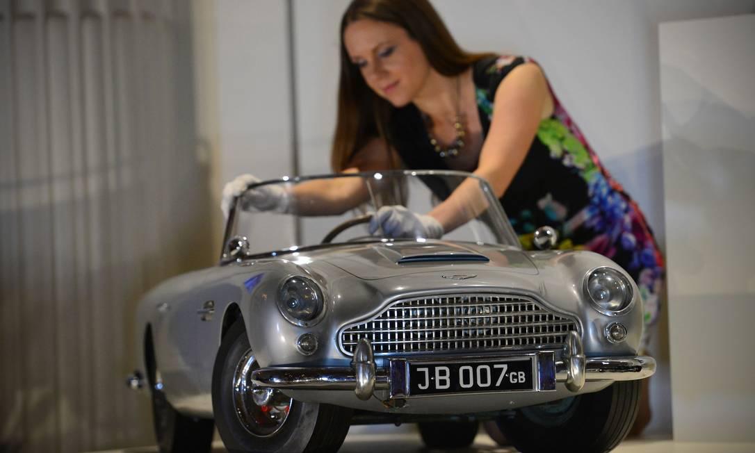 Anna Reynolds cuida do Aston Martin DB5 que o príncipe Andrew ganhou de presente em 1966 CARL COURT / AFP