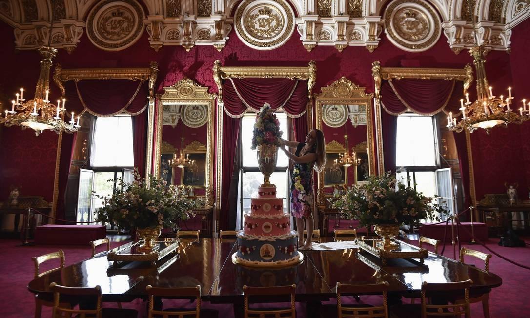 Réplica do bolo feito em 1853 para batizado do príncipe Leopold, o caçula da Rainha Vitória Foto: TOBY MELVILLE / REUTERS