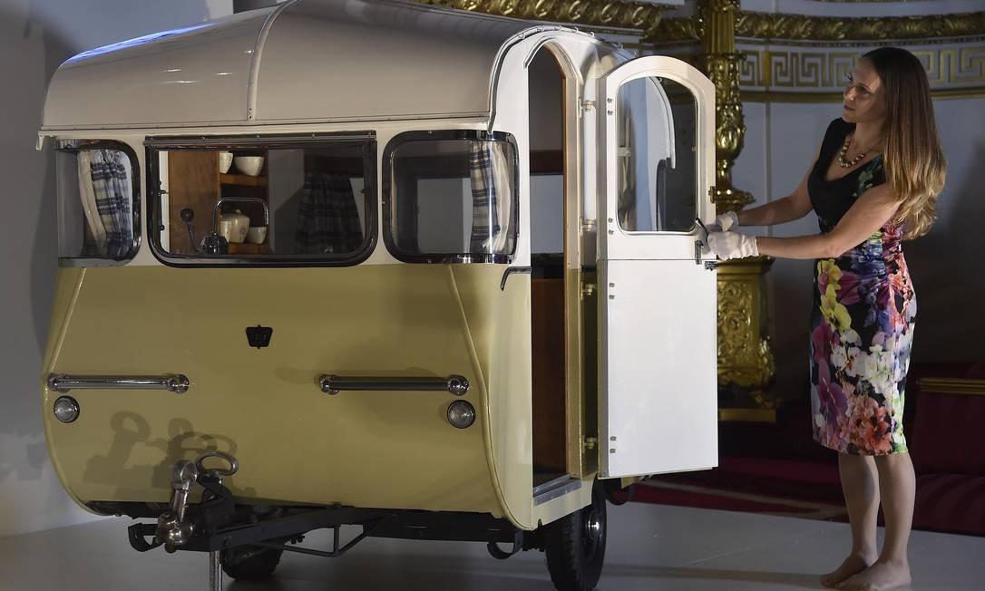 Este minitrailer de 1955 foi um presente do Caravan Club ao príncipe Charles e à princesa Anne Foto: TOBY MELVILLE / Reuters