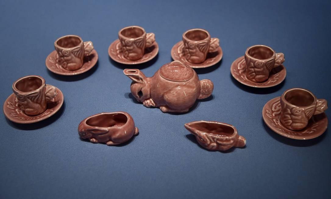 Conjunto de chá com o qual a Rainha Elizabeth II brincava em 1930 Foto: TOBY MELVILLE / REUTERS