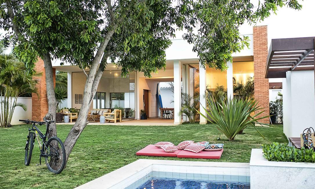 """Com filhos e netos, o casal dono desta casa de praia em São João da Barra queriam um jardim """"sem frescuras"""" para que as crianças pudessem brincar Tati Pinho / Tati Pinho"""