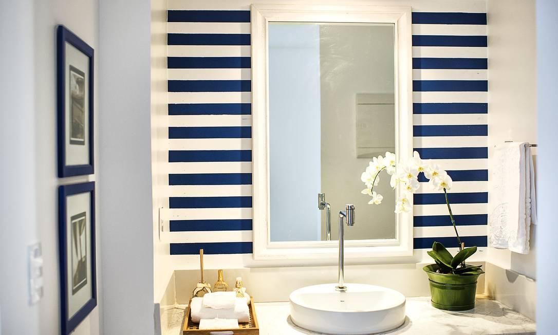 No banheiro, a pintura de tiras em azul alegra o ambiente divulgação / Tati Pontes