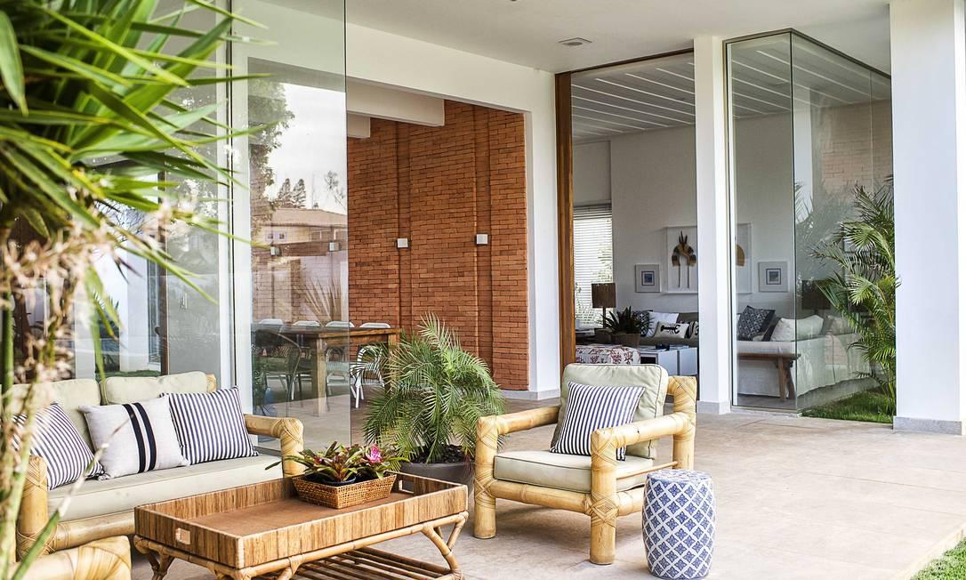 As paredes de vidro ajudam a integrar a casa com a natureza no quintal Tati Pinho / Tati Pinho