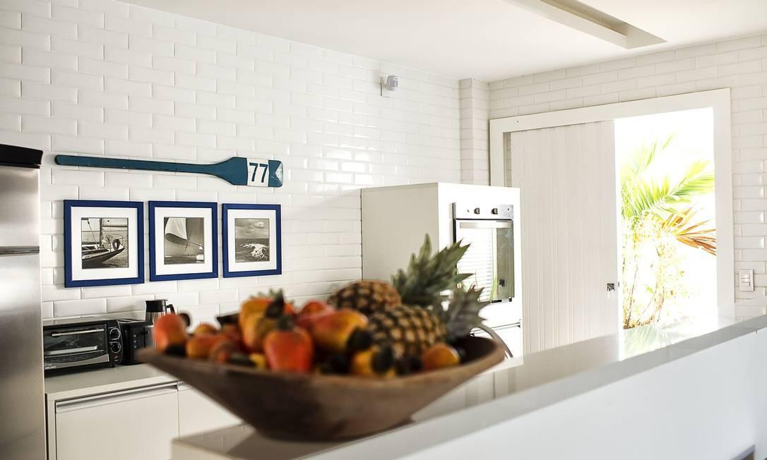 Na cozinha, a predileção é pelo branco. Os tijolinhos pintados deixam o lugar mais acolhedor Tati Pontes / Tati Pontes