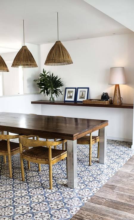 Os abajures de palhinha e o chão de azulejos na sala de jantar compõem o estilo divulgação / Tati Pinho