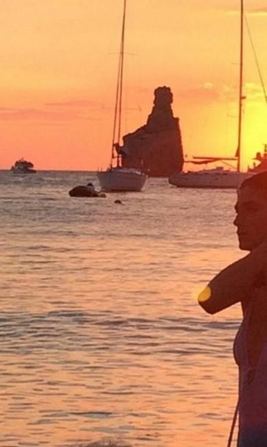 A top Daiane Conterato durante o pôr do sol em Ibiza Reprodução/ Instagram