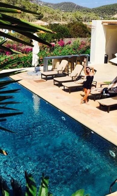 No clique, Thaila aparece na área externa do hotel em que está hospedada Reprodução/ Instagram