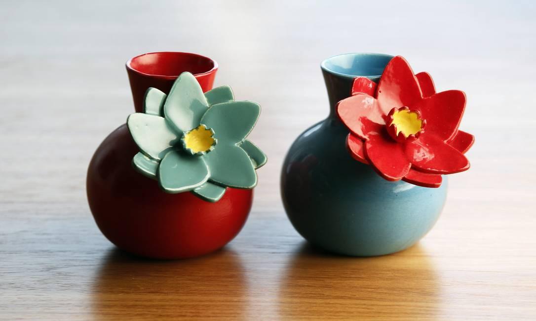 Jarros com flores foi feito em parceria com a estilista Isabela Capeto Foto: Globo - Ela / Ana Branco