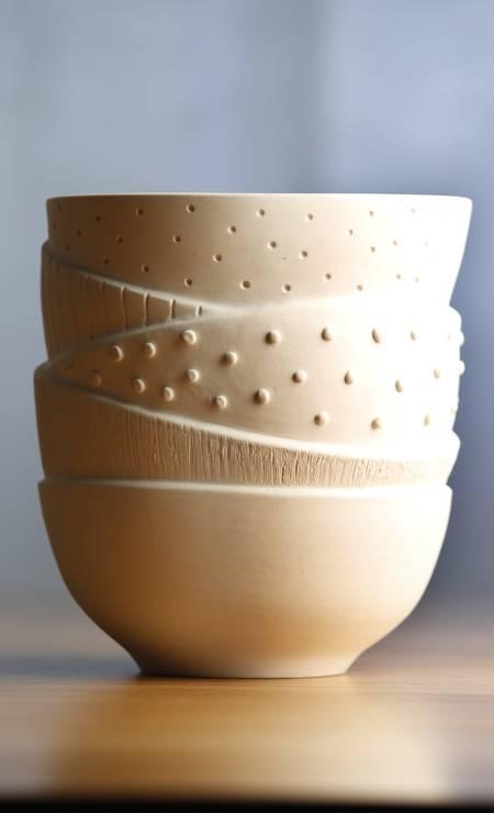 Peça única simula uma combinação de bowls brancos com texturas variadas Foto: Globo - Ela / Agência O Globo