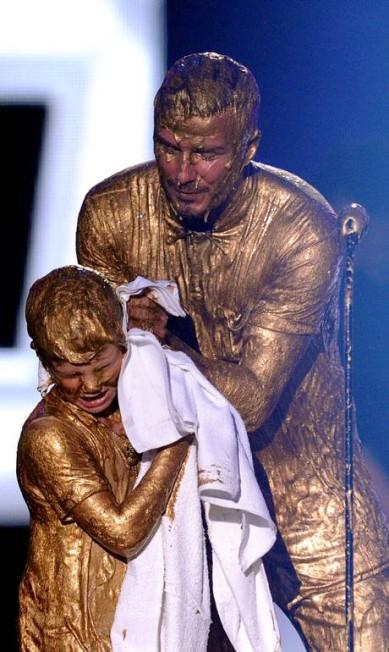 David Beckham ajuda Cruz Beckham a se limpar KEVIN WINTER / AFP