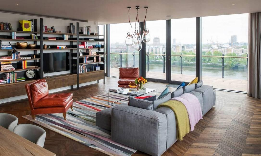 A espaçosa sala de estar, com piso de carvalho Divulgação