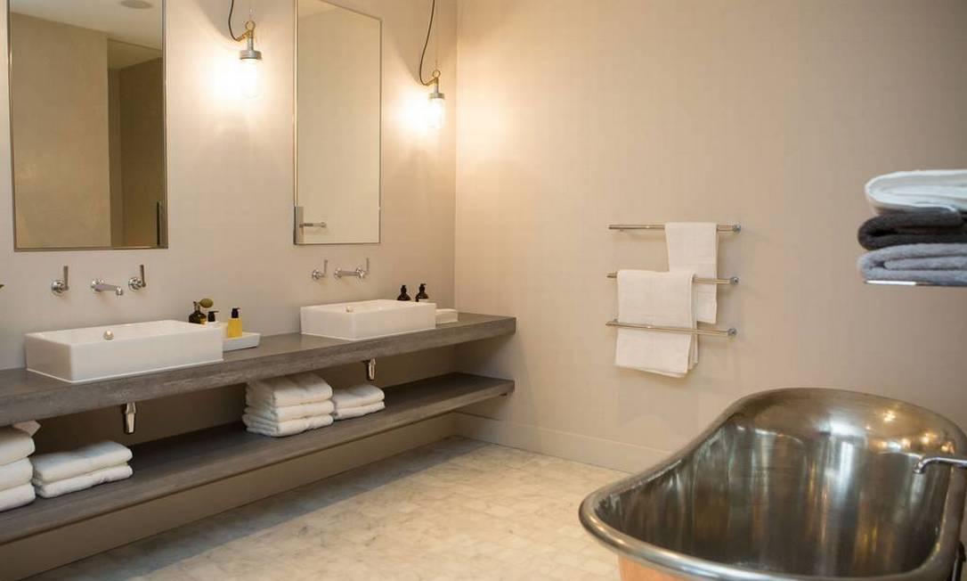 Banheira retrô é o destaque no banheiro Divulgação