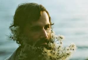 Marido da fotógrafa Sarah Winward em editorial: moda das barbas floridas se espalhou pelas redes sociais Foto: Sarah Winward