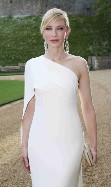 Cate Blanchett usou brincos pesados e transparentes para dar força ao look totalmente branco POOL / REUTERS