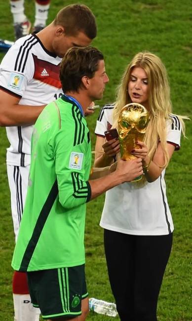 A namorada do goleiro Roman Weidenfeller, Lisa Rossenbach, de 26 anos, também brilhou no gramado do Maracanã CHRISTOPHE SIMON / AFP