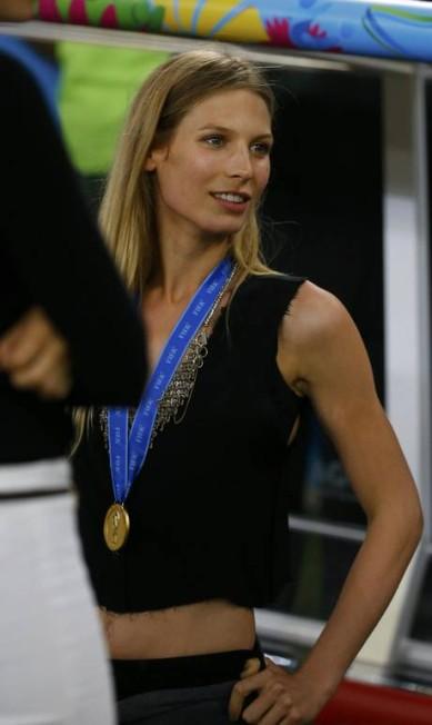 """A loura de 1.80m, de 25 anos, também é modelo e já apareceu em diversas edições da """"GQ"""" alemã e da """"Sports Illustrated"""" americana KAI PFAFFENBACH / REUTERS"""