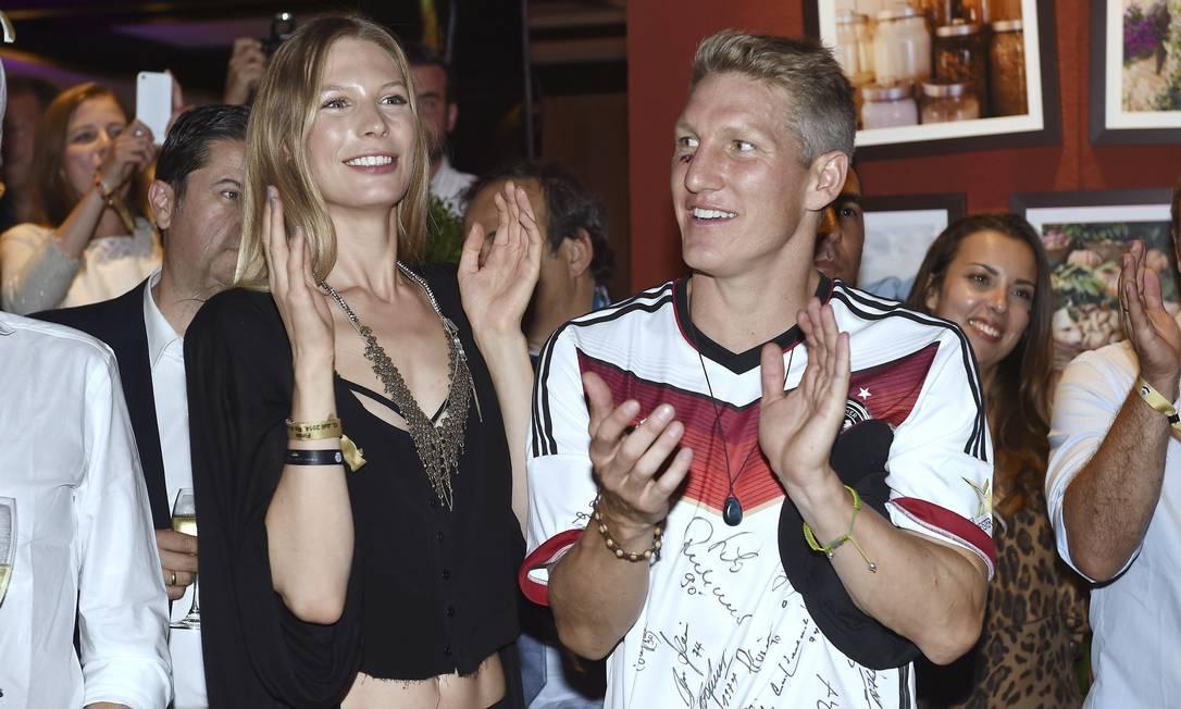A estonteante Sarah Brandner, que acompanha Bastian Schweinsteiger desde 2007, é uma das mais belas da delegação Markus Gilliar / AP