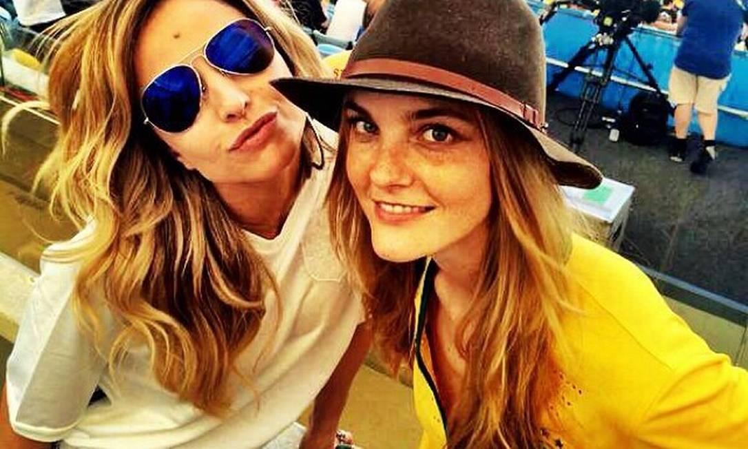 Quem também está fazendo tremer a arquibancada do Maracanã é Sabrina Sato, que foi junto com a modelo Carol Trentini curtir a final Instagram