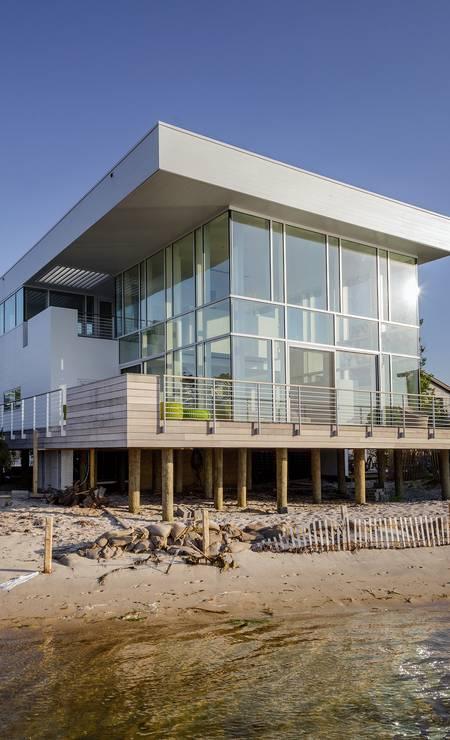 O arquiteto Richard Meier topou fazer uma nova casa para um casal de amigos em Fair Harbor, no estado de Nova York. A casa anterior dos dois era de madeira e fora consumida por um incêncio Foto: TREVOR TONDRO / NYT