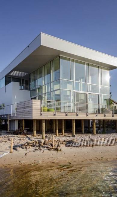 O arquiteto Richard Meier topou fazer uma nova casa para um casal de amigos em Fair Harbor, no estado de Nova York. A casa anterior dos dois era de madeira e fora consumida por um incêncio TREVOR TONDRO / NYT
