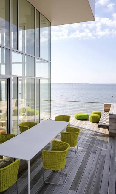 As cadeiras de palha de Paola Lenti dão o toque de cor na varanda TREVOR TONDRO / NYT