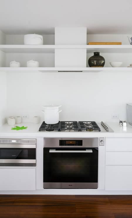 As prateleiras abertas acima do fogão dão leveza à cozinha Foto: TREVOR TONDRO / NYT