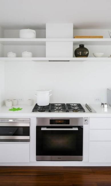 As prateleiras abertas acima do fogão dão leveza à cozinha TREVOR TONDRO / NYT