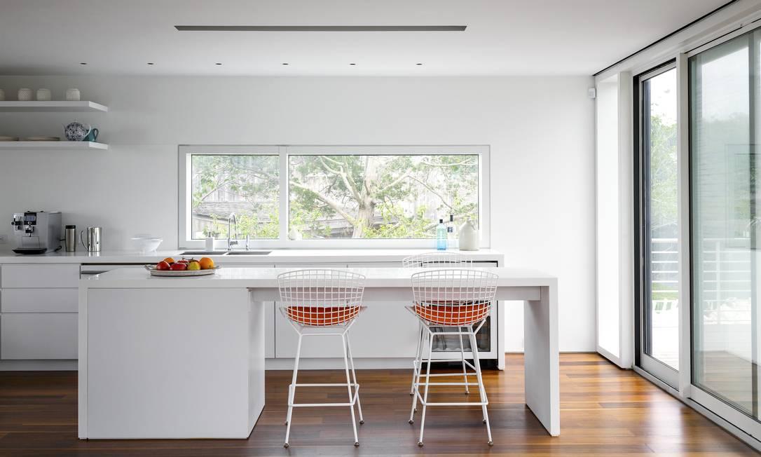 A cozinha da casa, com piso de madeira e bancada clean TREVOR TONDRO / NYT