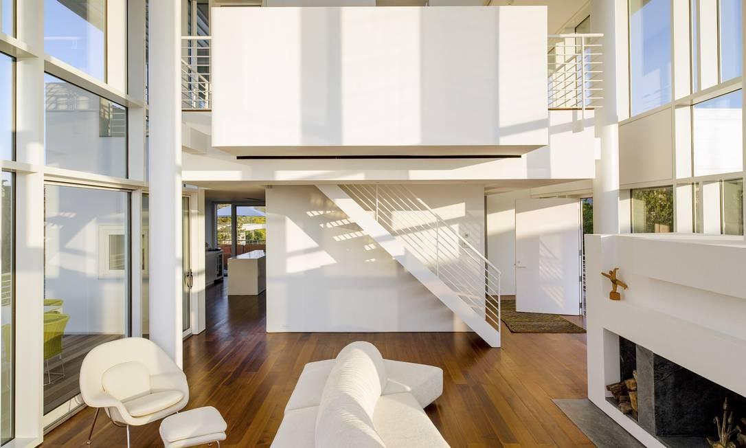 O branco predomina também no interior da casa, formada por uma estrutura de aço e vidro Foto: TREVOR TONDRO / NYT