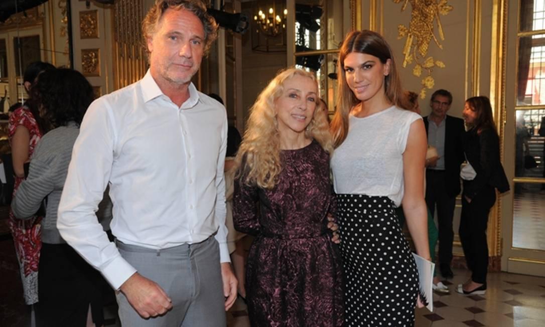 """Oskar Metsavaht e Bianca Brandolini entre a editora-chefe da """"Vogue"""" Itália, Franca Sozzani Divulgação"""