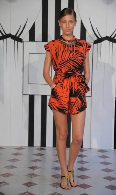 O cenário, criado por Bianca e Alexia, foi uma tenda por onde as modelos saiam com os looks Divulgação