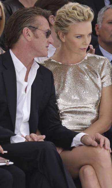 O casal também trocou palavras ao pé do ouvido PHILIPPE WOJAZER / REUTERS