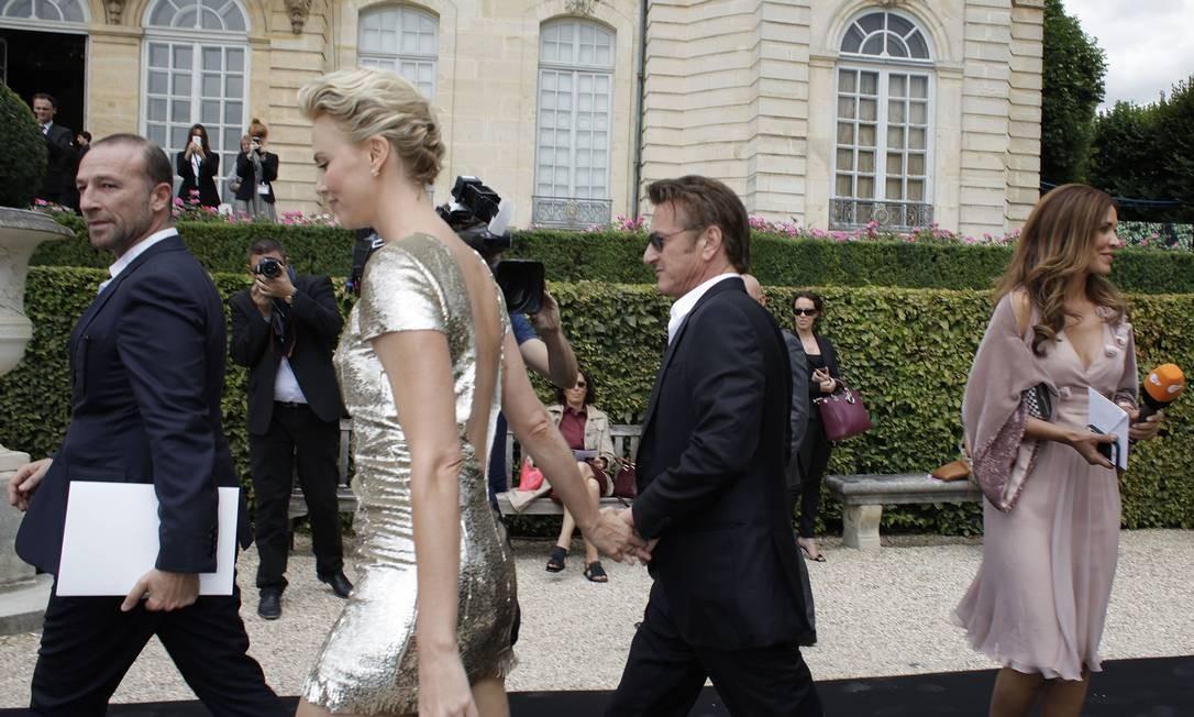 O casal de mãos dadas na entrada do show Foto: Thibault Camus / AP