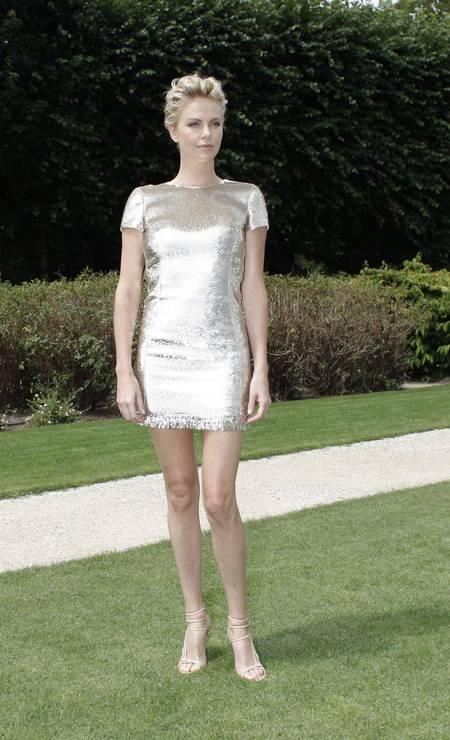 Charlize Theron colocou as pernas de fora nessa segunda-feira Foto: Thibault Camus / AP