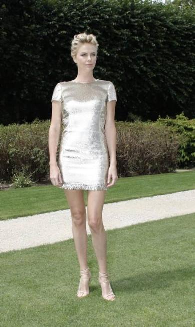 Charlize Theron colocou as pernas de fora nessa segunda-feira Thibault Camus / AP