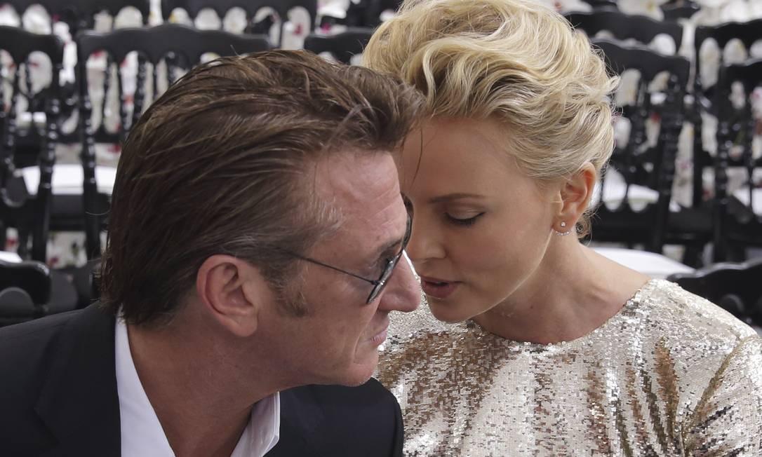 Sean e Charlize: momentos íntimos na Dior Foto: PHILIPPE WOJAZER / REUTERS