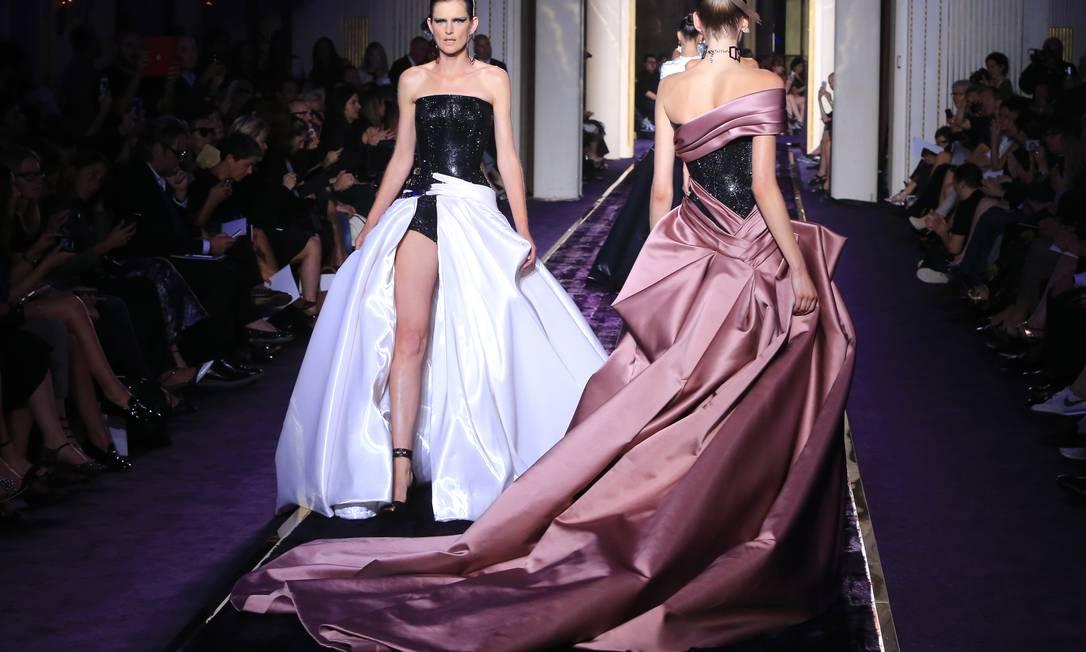 O luxo reinou no desfile da Atelier Versace, primeira grande grife a desfilar na semana de alta-costura de Paris outono/inverno 2015 Jacques Brinon / AP